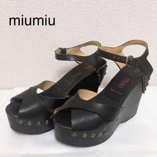 ミュウミュウ(miumiu)のミュウミュウ スタッズ付き ウェッジソール サンダル 黒(サンダル)