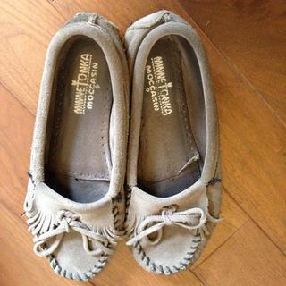 ミネトンカ(Minnetonka)のモカシン グレー(ローファー/革靴)