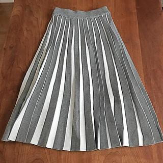グレー×ホワイトのカラーが歩くたびにきれいに見えるニットプリーツスカート(ひざ丈スカート)