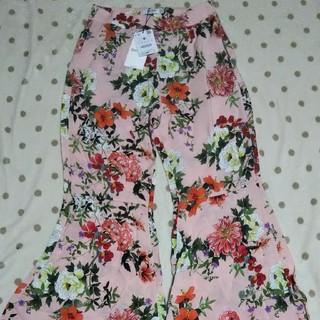 ベルシュカ(Bershka)のベルシュカ  花柄 ピンク系 フレアー裾 パンツ M(カジュアルパンツ)