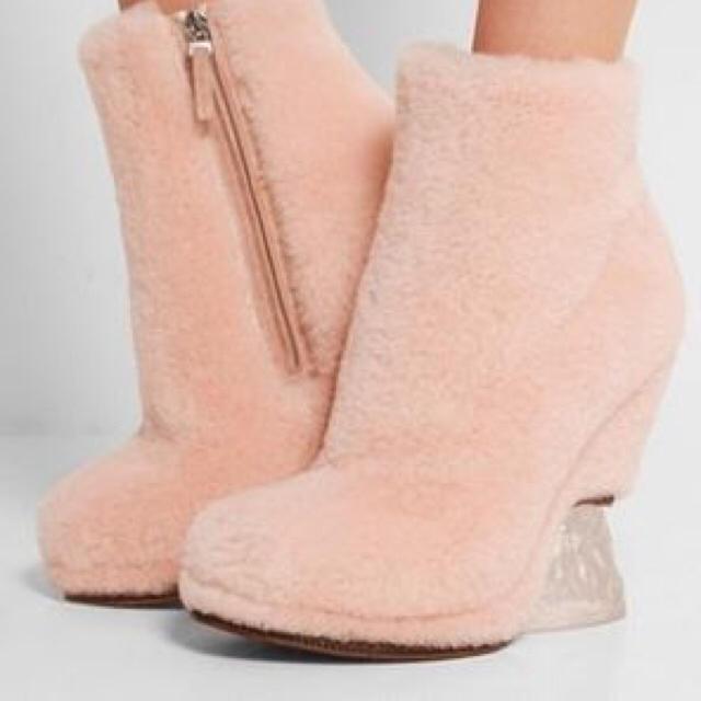 FENDI(フェンディ)のFENDI 今期ピンクファーブーティー レディースの靴/シューズ(ブーティ)の商品写真