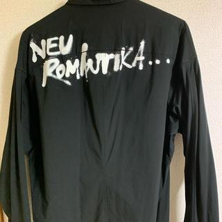 ユリウス(JULIUS)のユリウス オーバーサイズバックプリントタックドシャツ(シャツ)