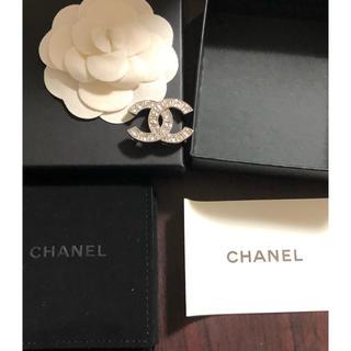 シャネル(CHANEL)のシャネル ブローチ ココマーク ラインストーン シルバー 金属製 B16V(ネックレス)