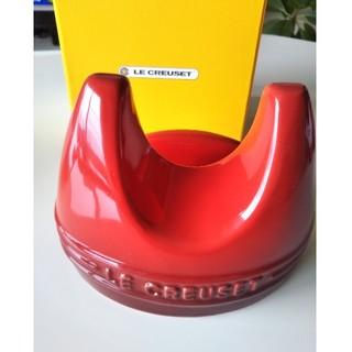 ルクルーゼ(LE CREUSET)のル・クルーゼ鍋蓋スタンド赤(収納/キッチン雑貨)
