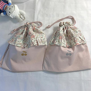 リバティフリル、さくらんぼワッペン付き巾着袋(外出用品)