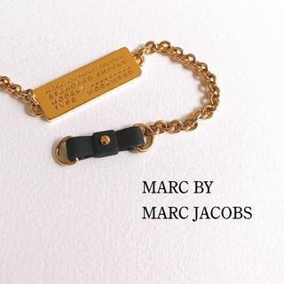 マークバイマークジェイコブス(MARC BY MARC JACOBS)のMARC JACOBS*タグプレートと黒リボンのブレスレット(ブレスレット/バングル)