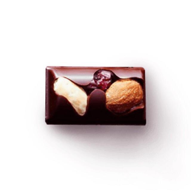 Nestle(ネスレ)のネスレ ラトリエ ミルクチョコレート レーズン&ナッツ 食品/飲料/酒の食品(菓子/デザート)の商品写真