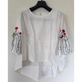 カワイイ(cawaii)のfrench pave ふんわり袖刺繍トップス(シャツ/ブラウス(長袖/七分))