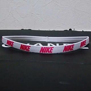 ナイキ(NIKE)のNIKE LABナイキラボホワイト&ピンクオールエンブレムデザインヘアバンド新品(トレーニング用品)
