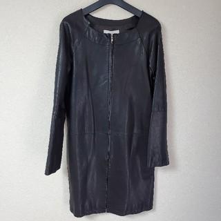 ルシェルブルー(LE CIEL BLEU)のLE CIEL BLEUノーカラーレザーコート羊革黒ルシェルブルートレンチ(ノーカラージャケット)