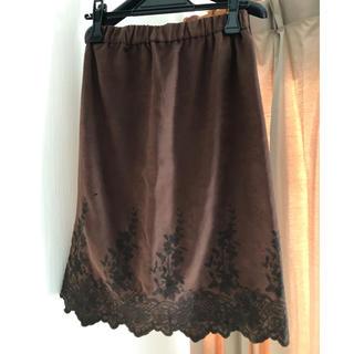 ドゥアルシーヴ(Doux archives)の美品 ドゥアルシーヴ フェイクスウェード裾刺繍スカート(ひざ丈スカート)