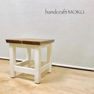 ☥ 木のロースツール(ホワイト脚)(家具)