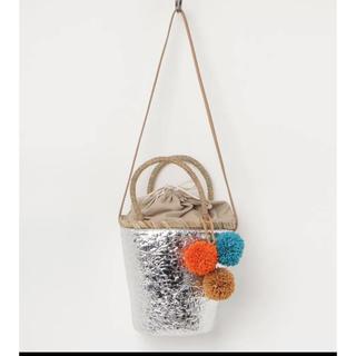 ビバユー(VIVAYOU)の新品 VIVAYOU ビバユーメタリックカラーのポンポン飾り 2WAYかごバッグ(かごバッグ/ストローバッグ)