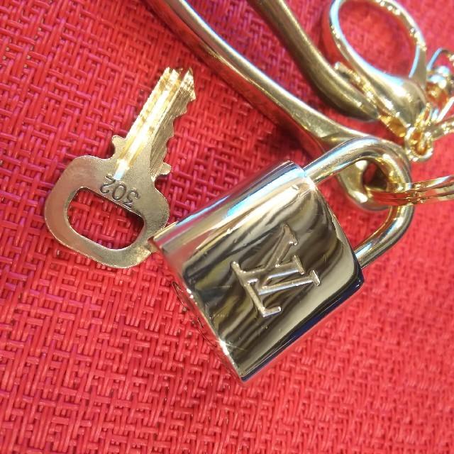 LOUIS VUITTON(ルイヴィトン)のベルトフック キーリング付 Vuitton パドロック 南京錠 ルイヴィトン メンズのファッション小物(キーホルダー)の商品写真