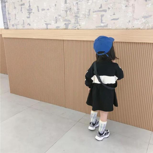 海外子供服 ポーチ付きスウェットワンピース 130-140㎝【1911-83】 キッズ/ベビー/マタニティのキッズ服女の子用(90cm~)(ワンピース)の商品写真