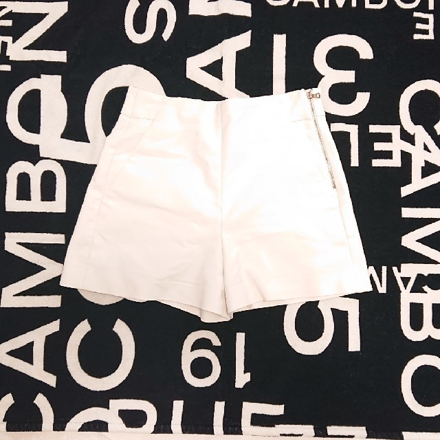ZARA(ザラ)のZARA ショートパンツ XS ホワイト 白 レディースのパンツ(ショートパンツ)の商品写真