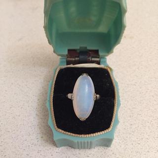 ミルクガラスのようなカボッション 透かしの入った日本のヴィンテージ  リング(リング(指輪))