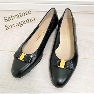 Salvatore Ferragamo - 美品!フェラガモ 24.0 本革 イタリア製 ブラック ヴァラ パンプス