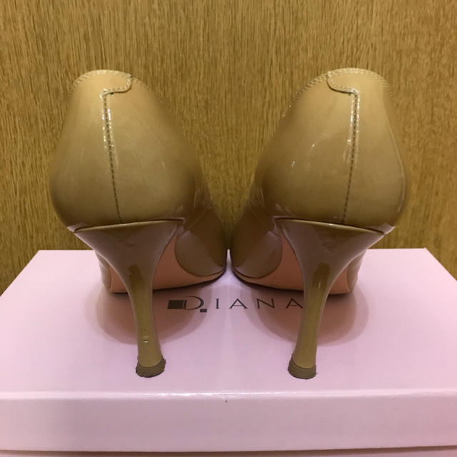 DIANA(ダイアナ)のダイアナ ベージュエナメルパンプス 22.5  レディースの靴/シューズ(ハイヒール/パンプス)の商品写真