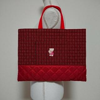ファミリア(familiar)の【ハンドメイド】フラワーワッペン付レッスンバッグ 絵本バッグ 赤 入園バッグ(バッグ/レッスンバッグ)