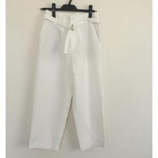 エル(ELLE)のELLE センタープレスパンツ ホワイト フォーマル 綺麗め ベルト付き(クロップドパンツ)