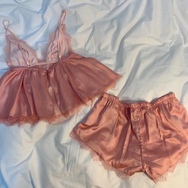 Victoria's Secret(ヴィクトリアズシークレット)のVictoria's Secret 高級レースランジェリーローブ✴︎ レディースのルームウェア/パジャマ(ルームウェア)の商品写真