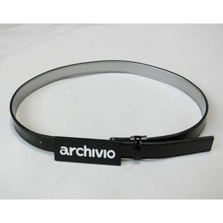 archivio アルチビオ 黒いエナメルにロゴ入りの黒いバックルが付いたベルト