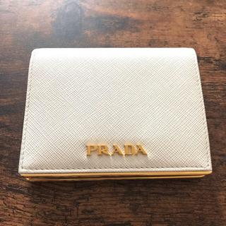 プラダ(PRADA)のPRADA ゴールドメタル付き2つ折財布 ホワイト(財布)