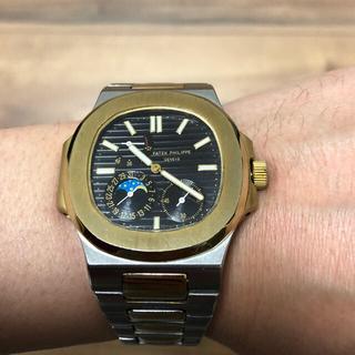 ゴールド&シルバーの裏スケ自動巻腕時計