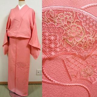 ピンク色に刺繍の裾模様 付け下げ仕立て色無地(着物)