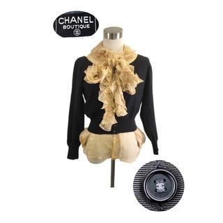 シャネル(CHANEL)のCHANEL ココマークボタン王道カシミアカーディガン フリルシャツはプレゼント(セット/コーデ)