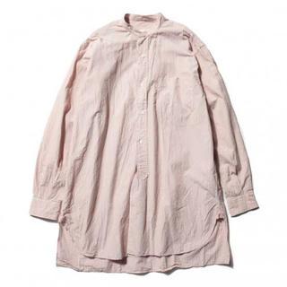 COMOLI - 美品 18ss comoli バンドカラーシャツ ピンクストライプ サイズ0
