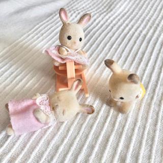 エポック(EPOCH)のシルバニアファミリー あかちゃん ベビー うさぎ ウサギ 3匹セット 木馬つき(ぬいぐるみ/人形)