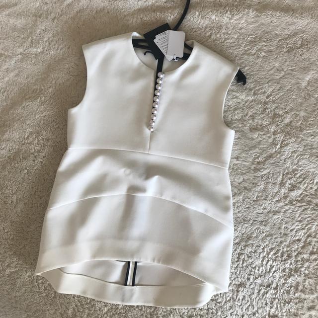 Drawer(ドゥロワー)のヨーコチャン♡パール付きトップス レディースのトップス(シャツ/ブラウス(半袖/袖なし))の商品写真
