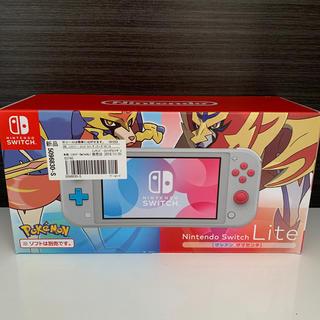 ニンテンドウ(任天堂)の【新品】Nintendo Switch Lite ザシアン・ザマゼンタ(家庭用ゲーム機本体)