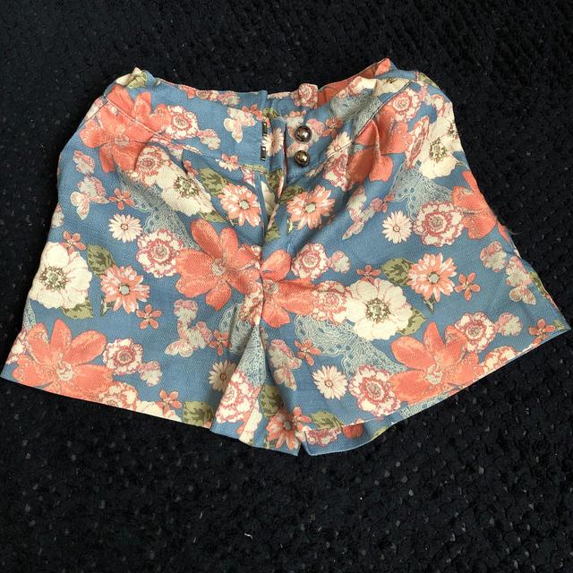 GU(ジーユー)のGU 花柄ショートパンツ キッズ/ベビー/マタニティのキッズ服女の子用(90cm~)(パンツ/スパッツ)の商品写真