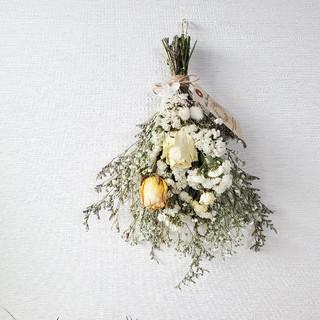 ホワイト系1輪バラとかすみ草のドライフラワースワッグ/ アンティークタグ付き(ドライフラワー)