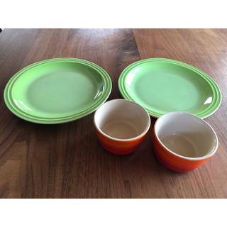 ルクルーゼ(LE CREUSET)の【used】ル・クルーゼ ラムカン(オレンジ)&プレート 23㎝フルーツグリーン(食器)