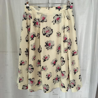 ジーユー(GU)の花柄スカート オフホワイト×ピンク(ひざ丈スカート)