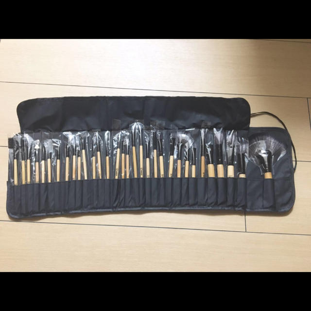 木目調 高級 ロゴ入 32本 ケース付 プロ メイク ブラシ セット メイク道具 コスメ/美容のキット/セット(コフレ/メイクアップセット)の商品写真