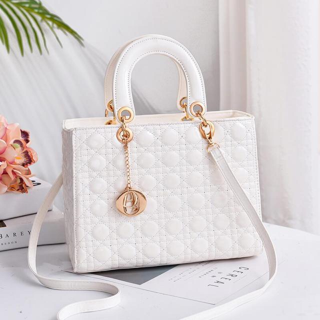 エナメルショルダーバッグディオールのようなデザインDIOR レディースのバッグ(ショルダーバッグ)の商品写真