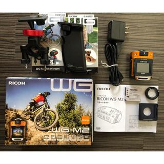 リコー(RICOH)の夏休みセール♪♪アクセサリー2点付き‼️RICOH  WG-M2 オレンジ (ビデオカメラ)