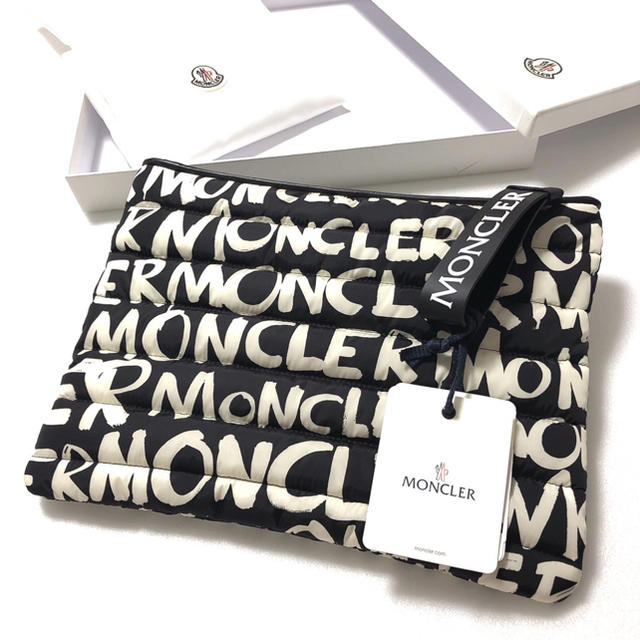MONCLER(モンクレール)の新品 箱付き モンクレール クラッチバッグ セカンドバッグ ダウン ブラック メンズのバッグ(セカンドバッグ/クラッチバッグ)の商品写真
