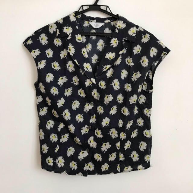 IENA SLOBE(イエナスローブ)のSLOBE IENA イエナスローブ ブラウス 花柄 ネイビー レディースのトップス(シャツ/ブラウス(半袖/袖なし))の商品写真