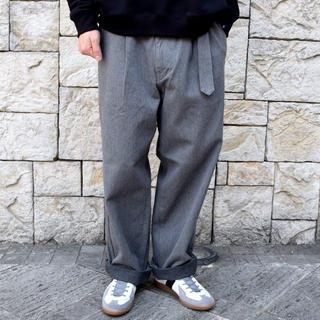 コモリ(COMOLI)の【未使用】Graphpaper DENIM BELTED PANTS(スラックス)