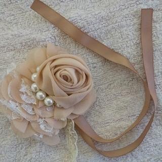 アクシーズファム(axes femme)のローズ 薔薇 コサージュ ピンク ベージュ サテン レース フォーマル ドレス(ブローチ/コサージュ)