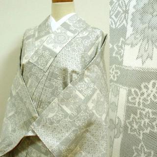 白地に七宝や草花 織りの小紋(着物)