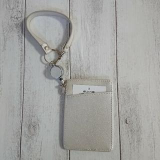 新品 レディース パスケース 定期入れ 白 リール付き カード 単面パス パール(名刺入れ/定期入れ)