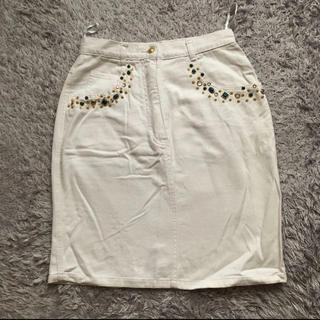 スピンズ(SPINNS)の古着 SPINNS ビジュー付き ホワイトデニムスカート(ひざ丈スカート)