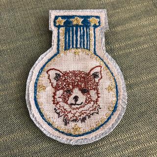アッシュペーフランス(H.P.FRANCE)のコーラルアンドタスク 刺繍ブローチ red panda champ(ブローチ/コサージュ)